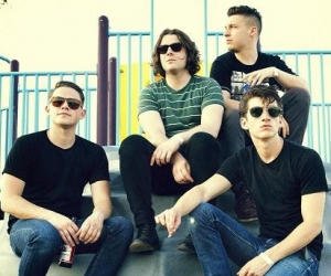 """Arctic Monkeys to release new album 'AM' September 9 via Domino Records, watch new video for """"Do I Wanna Know"""""""