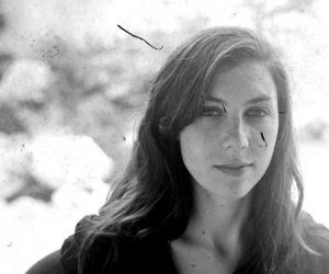 """ulia Holter Releases New Video for """"Horns 'Surrounding Me"""". Tour starts October 24 in Berlin."""