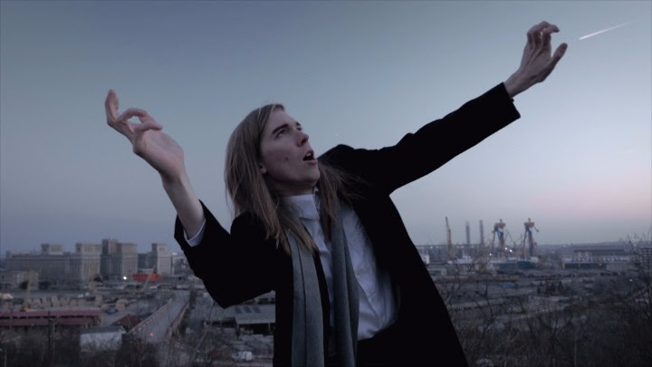 """Alex Cameron releases new video for """"Mongrel"""""""