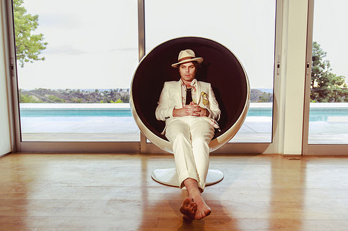 "Gaz Coombes releases new video for ""Deep Pockets"""